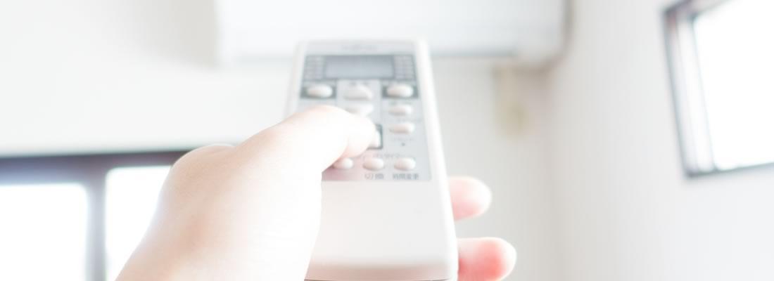 意外に電力を消費するエアコンのスイッチを入れる